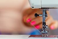 Швейная машинка рвет нитку: причины проблемы и ее устранение