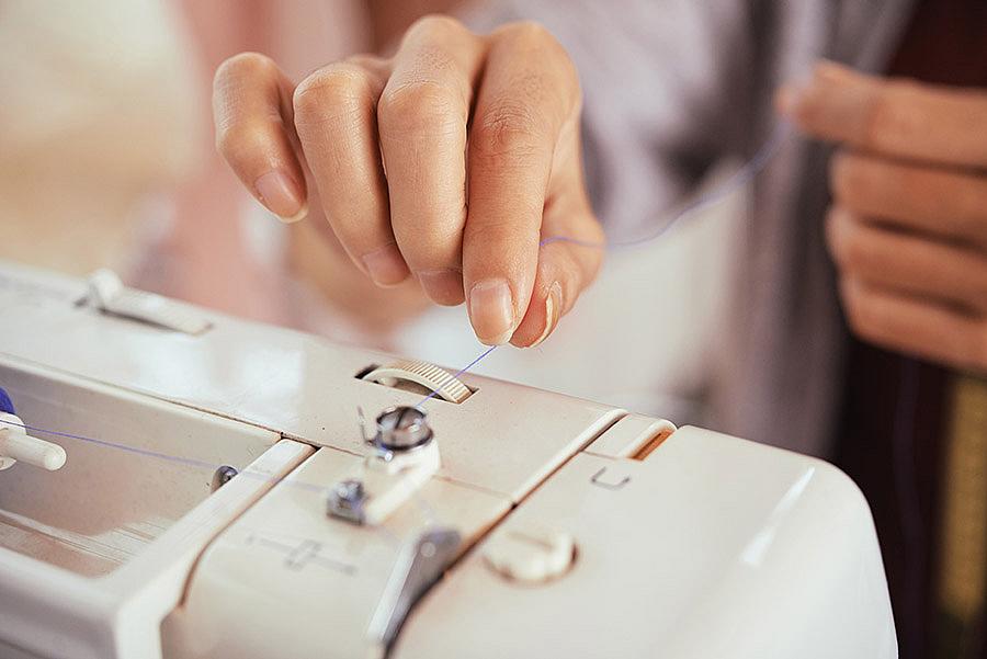 Как заправить верхнюю нить в швейную машинку